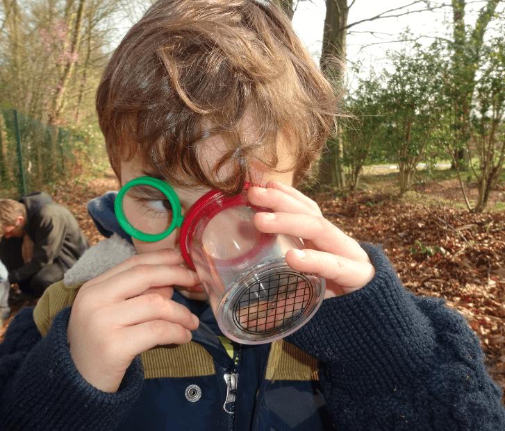 Enfant durant atelier nature avec les PEP75